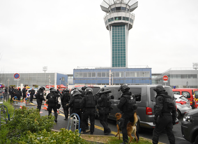 Une unité du Raid sécurise la zone autour de l'aéroport d'Orly, le 18 mars 2017.