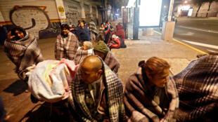 图为墨西哥地震后居民在街头躲避