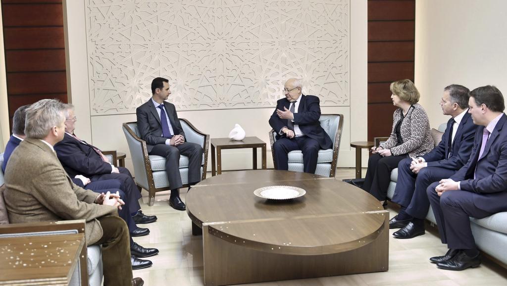 Rais wa Syria Bashar al Assad akiwapokea ujumbe wa Bunge la Ufaransa Jumatano Februari 25 mjini Damas.
