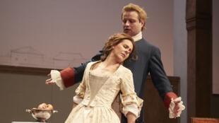 Florence Viala et Stéphane Varupenne dans «La Locandiera» de Carlo Goldoni à la Comédie-Française, salle Richelieu.