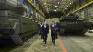 Vladimir Poutine visite une usine de fabrication de blindés, dans la région de l'Oural, à Nizhny Tagil, le 25 novembre.