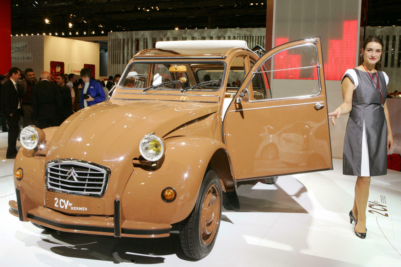 """Легендарный французский """"Ситроэн"""" модели Citroën 2CV — настоящий """"народный"""" автомобиль, выпускавшийся  с 1949 по 1990 год."""