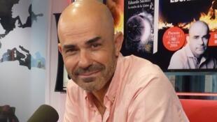 Eduardo Sacheri en los estudios de RFI