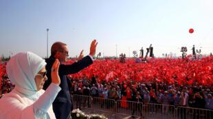 O presidente Recep Tayyip Erdogan (na foto ao lado de sua mulher) é acusado de tentar islamizar a sociedade turca.
