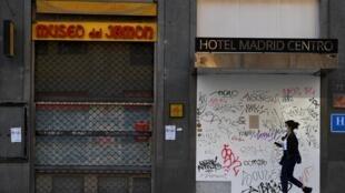 Una mujer frente a un hotel cerrado en la Gran Vía, en Madrid, España, el 16 de octubre de 2020