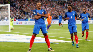 Kylian Mbappé 18 tuổi (T) hiện giữ kỷ lục : cầu Pháp thủ đắt giá nhất và cầu thủ trẻ nhất ghi bàn cho đội tuyển quốc gia. Ảnh: Mbappé ghi bàn ấn định chiến thắng 4-0 trước Hà Lan ngày 31/08/2017. , trong