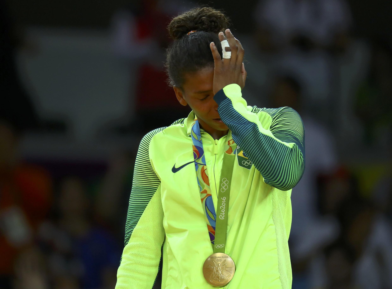 Rafaela Silva se emociona ao receber sua medalha de ouro.