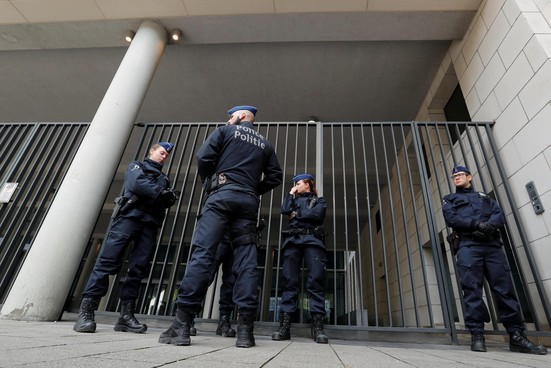 Oficiales de la policía belga custodian la puerta de la Oficina de la Procuraduría. Brusela, 5 de noviembre de 2017.