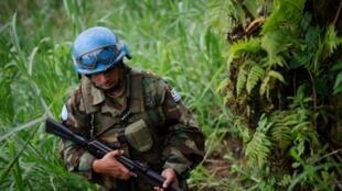 Un soldat de la Monusco patrouille autour du village de Katoyi dans le territoire de Masisi dans l'est de la République démocratique du Congo.