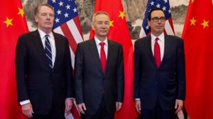 Phó thủ tướng Trung Quốc Lưu Hạc (Liu He - giữa) chụp ảnh cùng lãnh đạo phái đoàn đàm phán Mỹ, Bắc Kinh, ngày 29/03/2019