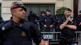La police nationale espagnole et la police catalane, le 2 octobre 2017 à Barcelone, en Catalogne.