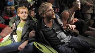 Los rostros de los 'indignados' franceses en el barrio financiero de La Defensa. Foto del reportero gráfico Mehdi Chebil de France 24.
