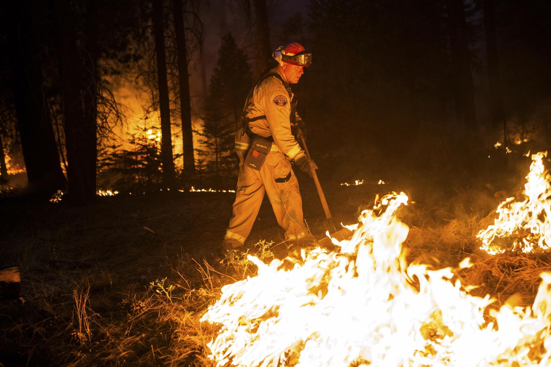 Bombeiro de Sacramento tenta apagar o fogo no parque nacional Yosemite, na Califórnia, em foto desta segunda-feira, 26 de agosto de 2013.
