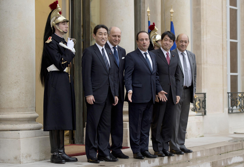 Autour de François Hollande (c), Fumio Kishida (ministre japonais des Affaires étrangères), Laurent Fabius, Itsunori Onodera (ministre japonais de la Défense) et Jean-Yves Le Drian.