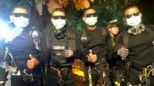 Des membres des commandos d'élite de la marine thaïlandaise qui ont participé à l'opération de récupération des adolescents, à la sorite de la grotte, ce mardi 10 juillet 2018.