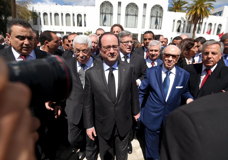 Líderes mundiais, entre eles o presidente francês,  François Hollande (centro), participam da marcha contra o terrorismo na Tunísia.