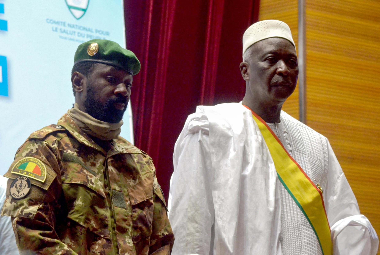 Le nouveau président par intérim du Mali Bah N'Daw (d.) et le nouveau vice-président, le colonel Assimi Goïta à Bamako, au Mali, le 25 septembre 2020.