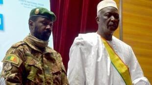 Le nouveau président par intérim du Mali Bah N'Daw assiste à la cérémonie d'inauguration avec le nouveau vice-président malien le colonel Assimi Goita à Bamako, au Mali, le 25 septembre 2020.