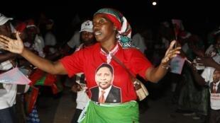 Mulher faz campanha pelo principal candidato da oposição, Isaias Samakuva.