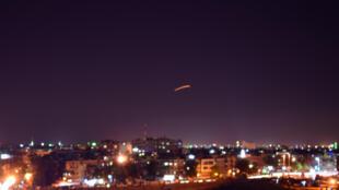 Trên bầu trời Damas, phòng không Syria đối đầu với các hỏa tiễn của Israel bắn vào sân bay nhằm phá hủy một chuyến hàng vũ khí mới chuyển đến, ngày 15/09/2018.