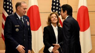 Le Premier ministre japonais Shinzo Abe (d) avec le commandant des forces américaines au Japon et l'ambassadrice Caroline Kennedy, le 21 décembre à Tokyo.
