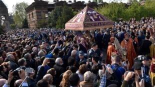 Cérémonie de canonisation des victimes du génocide à Echmiadzin, aux abords de la capitale aménienne Erevan, le 23 avril 2015.