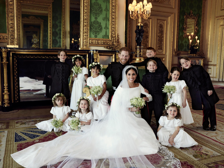 O príncipe George e a princesa Charlotte, filhos de William e Kate se juntaram aos pajens e damas de honra no casamento do duque e da duquesa de Sussex.