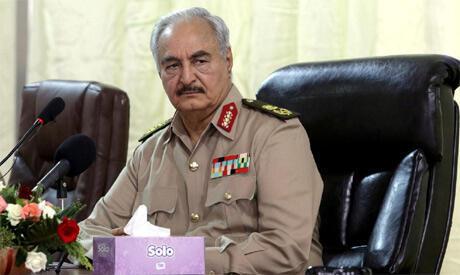 Kwamandan dakarun Libya Janar Khalifa Haftar, yayin ganawa da manema labarai a birnin Benghazi.