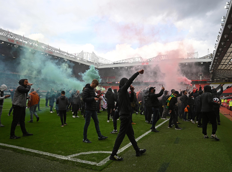 Magoya bayan Manchester United dake zanga-zanga a filin Old Trafford, 2 ga watan Mayu 2021