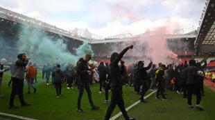 Des supporters de Manchester United ont réussi à envahir la pelouse du stade d'Old Trafford, retardant le coup d'envoi du match de Premier League contre Liverpool, le 2 mai 2021