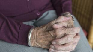 Mãos de pessoa idosa. Imagem de ilustração