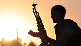 Un combattant des forces kurdes, posté à une cinquantaine de kilomètres de Raqqa, en octobre 2015.