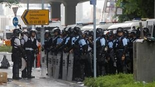 6月13日,香港警察嚴密把守通往立法院、特區政府辦公大樓要道。