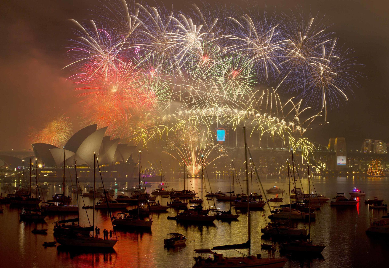 Os australianos festejaram a chegada de 2015 com fogos de artifício na baia de Sydney.