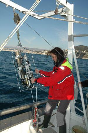 Ornella Passafiume, ingénieur à l'Observatoire d'océanologie, réalise un prélèvement au point B dans la baie de Villefranche-sur-Mer.