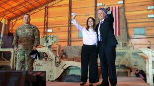 Le vice-président américain Mike Pence et sa femme saluent les soldats de la base aérienne d'Al-Asad en Irak le 23 novembre 2019.