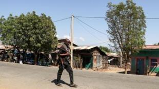 Un membre des forces armées d'Amhara patrouille les rues du village de Soroka, près de la frontière régionale avec le Tigré, le 9 novembre 2020.
