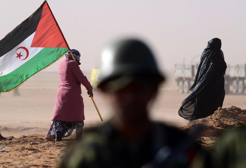 Une Sahraouie porte un drapeau du Front Polisario, le 27 février 2016.