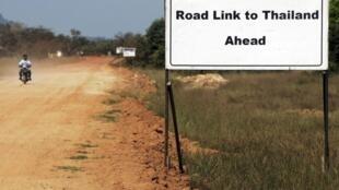 Hạ tầng cơ sở của Miến Điện đang chờ đợi các nhà đầu tư nước ngoài. Ảnh: một tuyến đường giao thông  dẫn tới Thái Lan.