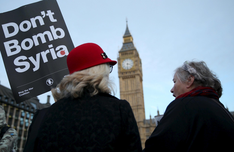 Britânicos se manifestam contra intervenção militar do Reino Unido na Síria.