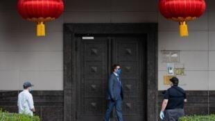 Des éléments des forces de sécurité américaines bloquent l'entrée du consulat de Chine à Houston, après la sortie des derniers employés, le 24 juillet 2020.