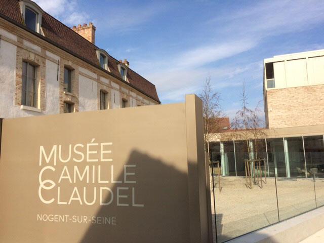 Entrada do museu com fachada contemporânea na antiga casa da família Claudel