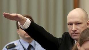 Anders Behring Breivik faz saudação nazista no início do processo