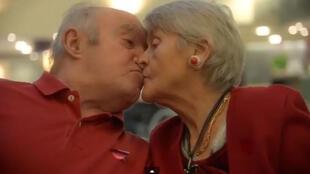 Frame do vídeo do lar para idosos Villa du Tertre mostra casal se beijando.