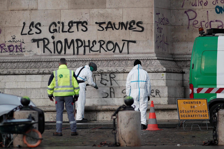 """В ходе беспорядков на Триумфальной арке появилась надпись «""""Желтые жилеты"""" одержат верх»"""