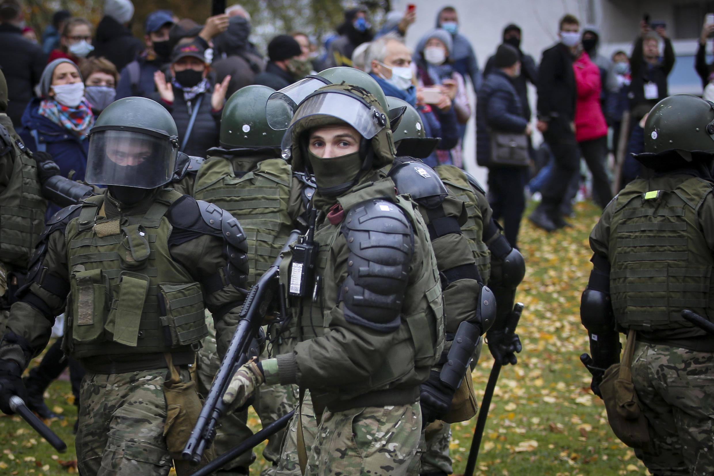 Bélarus - policier - manifestation
