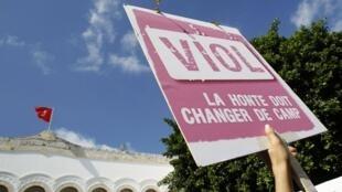 Une pancarte brandie, lors de la manifestation de soutien à la jeune fille violée, devant le tribunal de Tunis, le 2 octobre 2012.