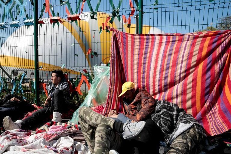 Центр для размещения мигрантов рассчитан всего на 400 человек, поэтому большинство мигрантов проживают в стихийном лагере в ожидании решения о предоставлении им убежища.
