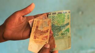 Des billets de 500, 1000 et 5000 francs CFA de la Banque centrale des États de l'Afrique de l'Ouest (BCEAO). Côte d'Ivoire, le 25 octobre 2019.
