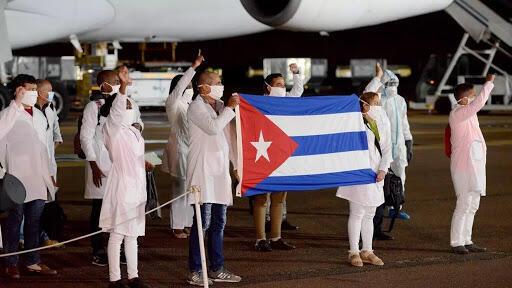 Tawagar likitoci da jami'an lafiyar kasar Cuba da suka sauka a Afrika ta Kudu.